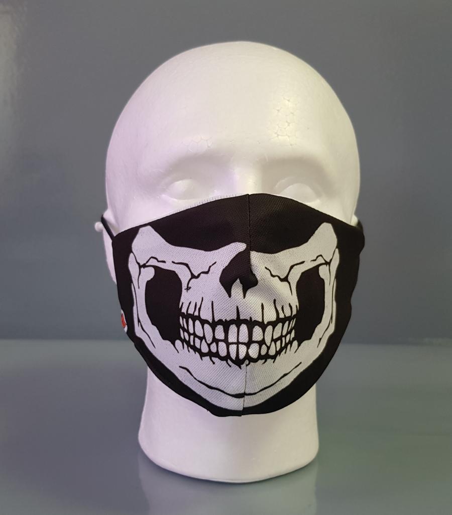 Mascarilla en color negro con diseño de una mandíbula esquelética en blanco