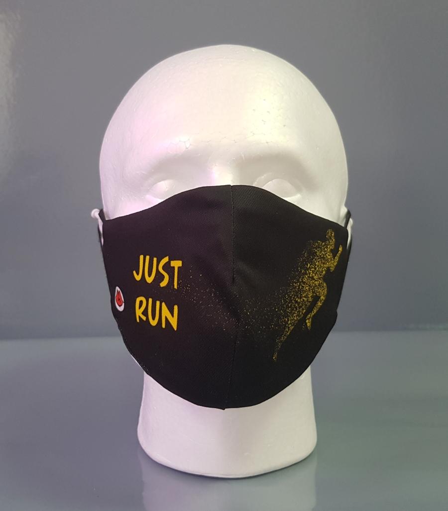 Mascarilla negra con la silueta de un corredor en un lado y la frase Just Run en el otro