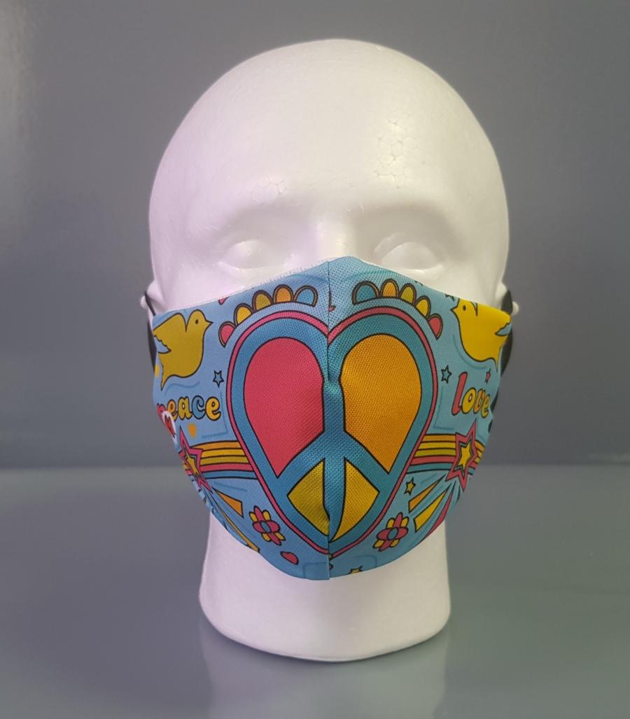 Mascarilla con un corazón con el símbolo de la paz en colores azul, amarillo y rosa