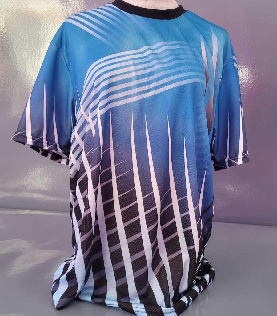 Camiseta técnica deportiva en azul con líneas negras y blancas