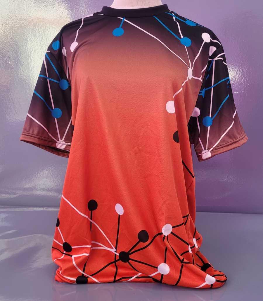 Camiseta técnica deportiva en color rojo con diseño de puntos y líneas simulando moléculas