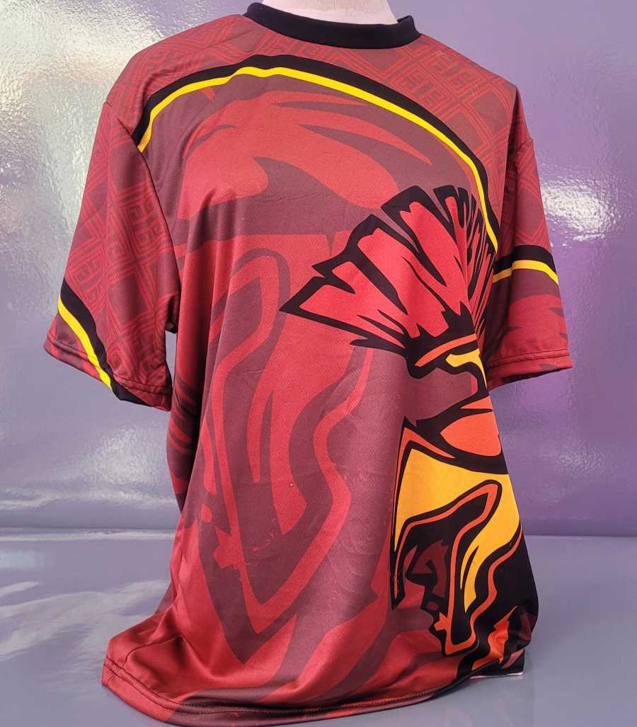 Camiseta técnica deportiva en colores rojo, negro y amarillo con dibujo de un espartano