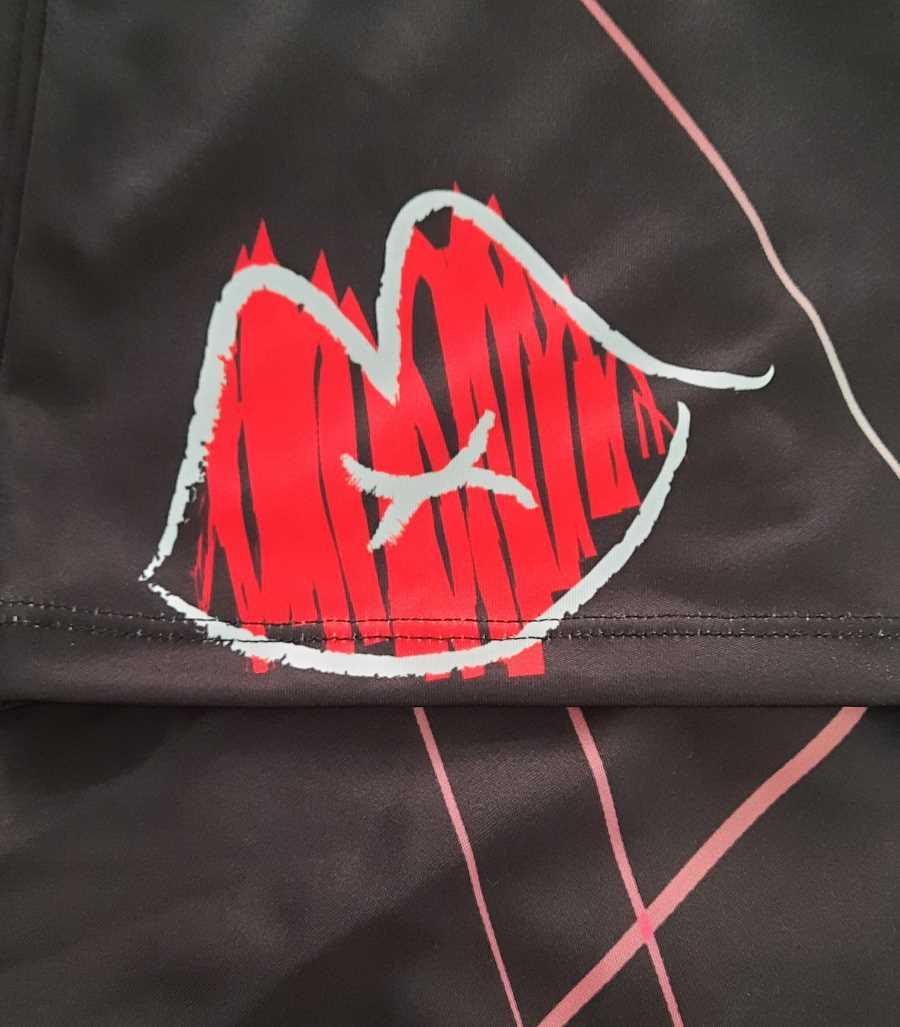Camiseta negra con rayas rojas y el beso de pontesublime