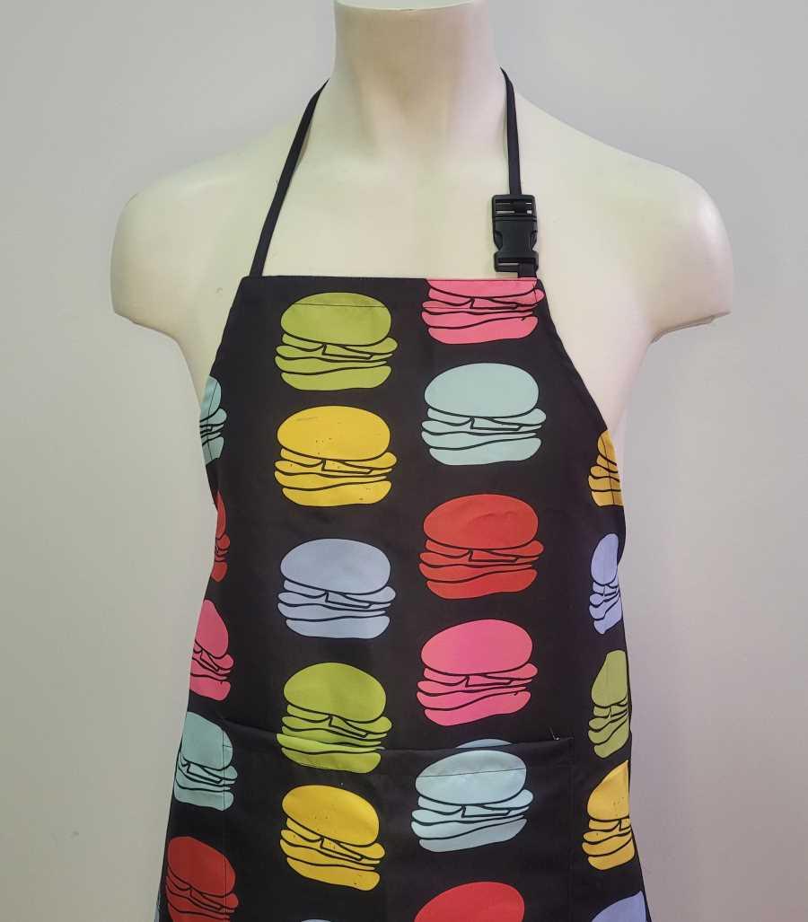 Delantal en negro con diseño de hamburguesas de colores