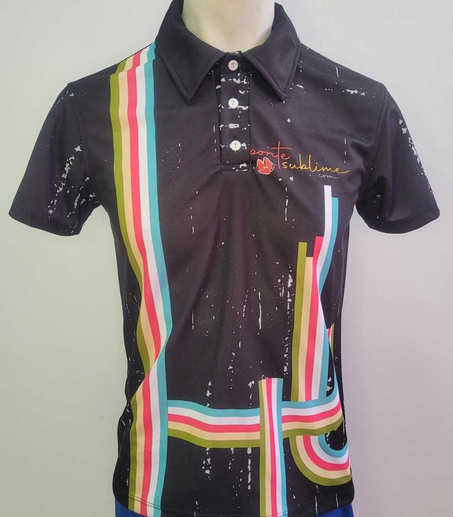 Polo técnico en color negro con líneas en color azul blanco verde y rosa estilo retro