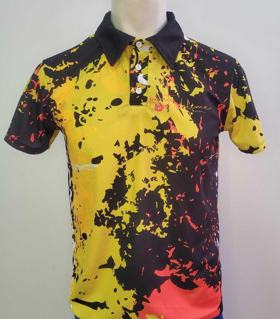 Polo técnico en color negro, amarillo y naranja