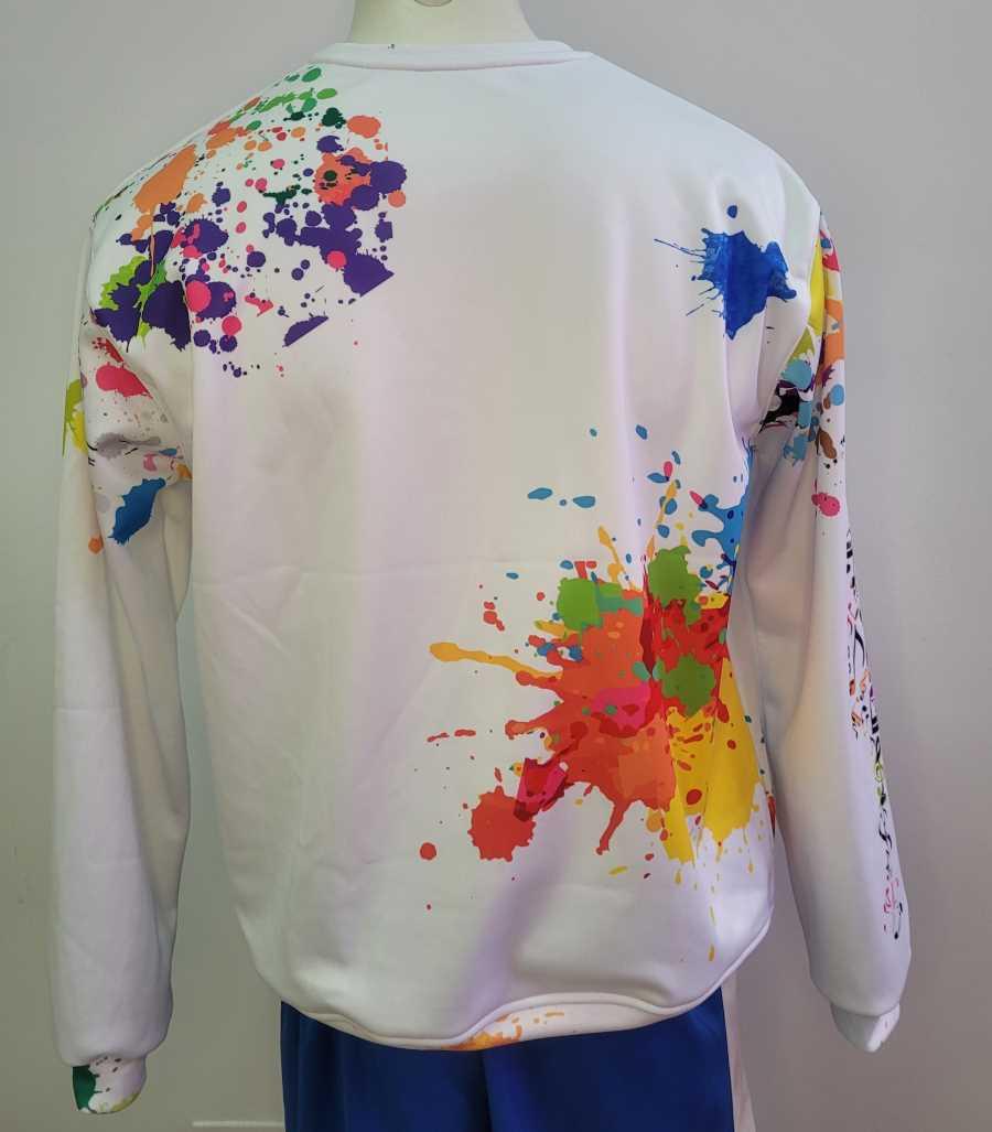 Sudadera en blanco con diseño de un ecualizador de colores en el pecho y con gotas de pintura de colores