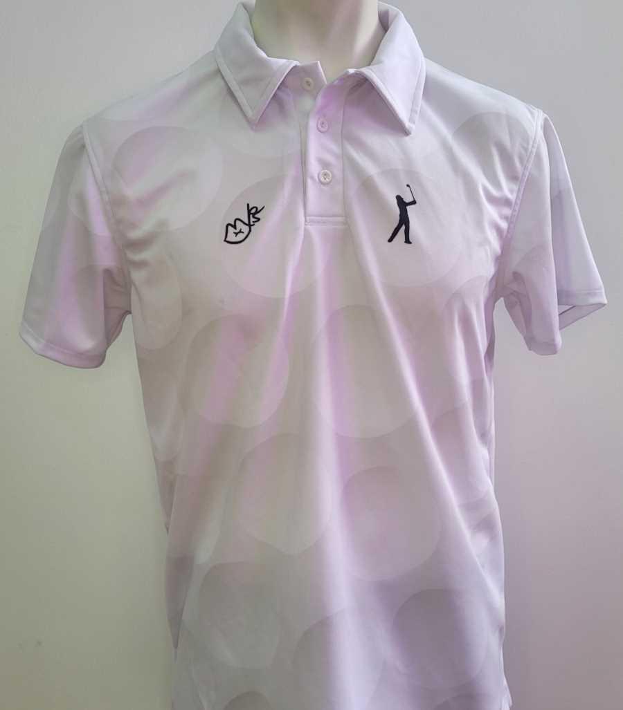 Polo técnico en color blanco con patrón de bolas de golf y un pequeño golfista en el pecho y la imagen de un golfista en la espalda