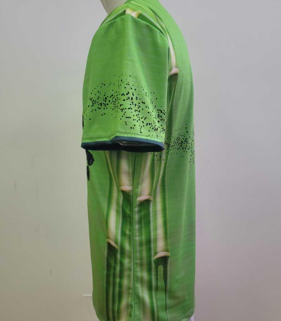 Camiseta eco de running en color verde con la silueta de un corredor en color negro